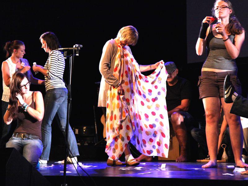 http://www.artcross.at/camp/wp-content/uploads/2013/11/theater800x600.jpg